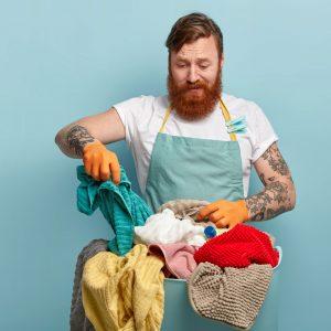 Mann Wäsche waschen